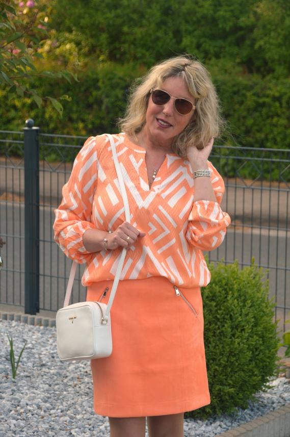 Die farblich passende Bluse aus Viskose kostete zuvor 39,99 € und wurde jetzt für 13,00 € angeboten