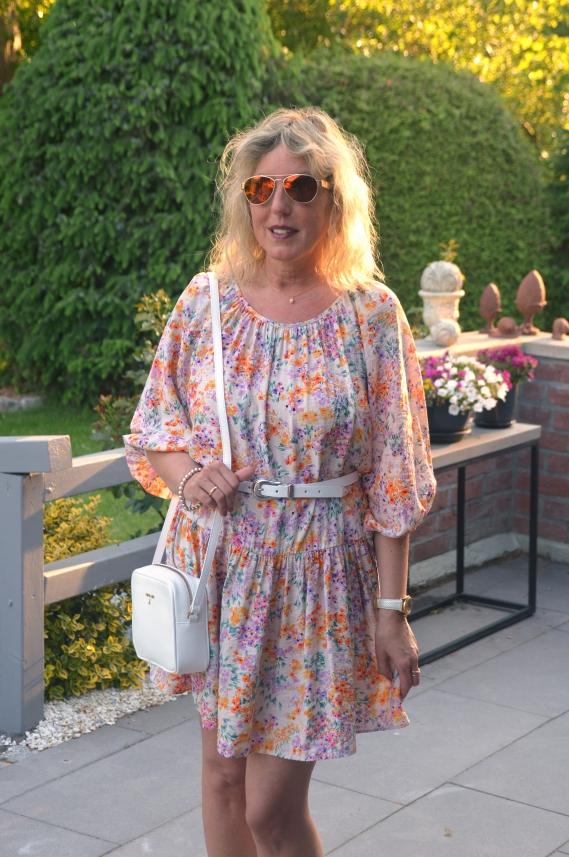 Kurzes Sommerkleid mit Ballonärmeln von H&M