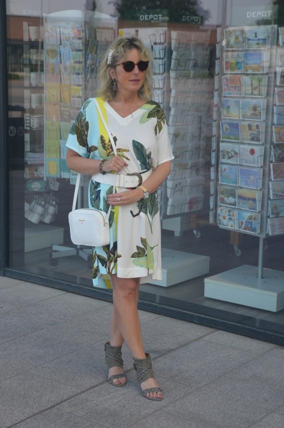 Das Kleid mit Kimonoärmeln stammt aus der aktuellen TUZZI Kollektion