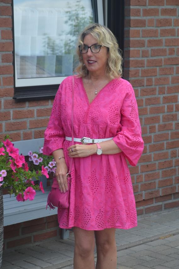 Sommerkleid mit Lochstickerei in Pink von Zwillingsherz