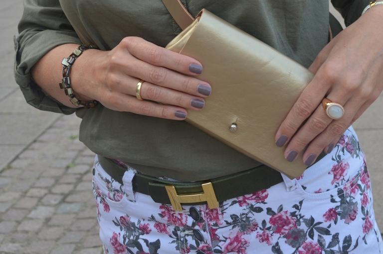Goldene Gürteltasche von Luca Kayz als Crossbody Bag getragen