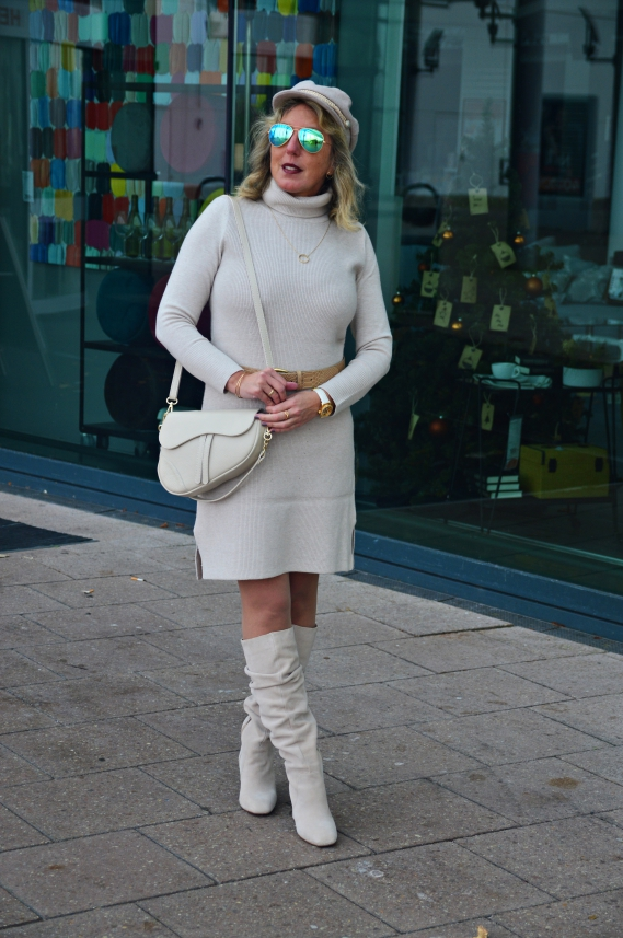 Ton in Ton Outfit in Beige mit Ü40