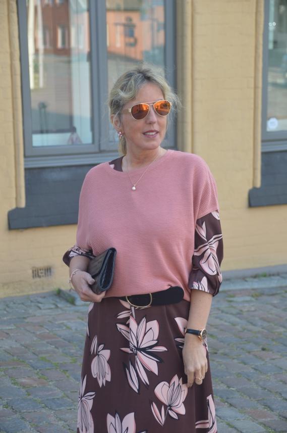 Mit einem Pullunder kann man ein sommerliches Kleid hervorragend herbsttauglich stylen