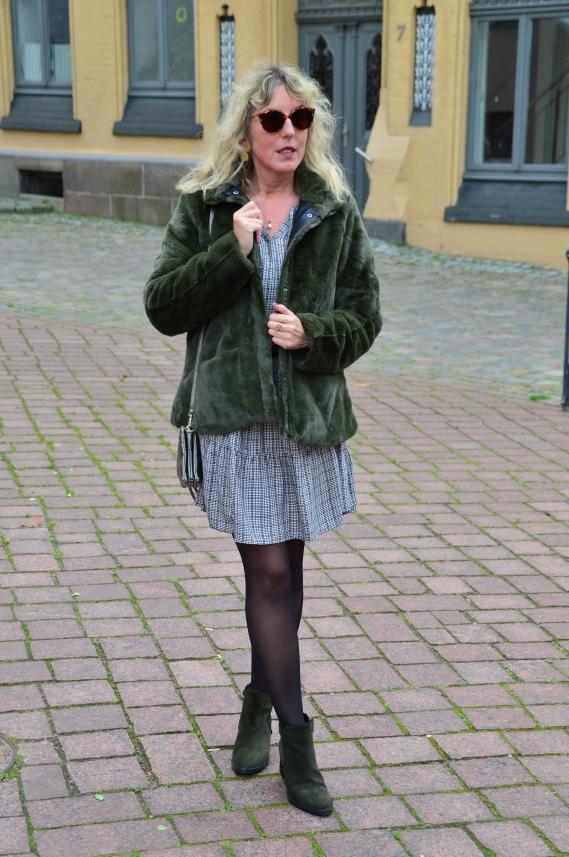 Teddyplüsch-Jacke zum karierten Kleid kombiniert